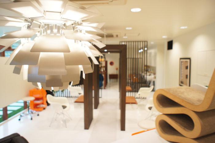北欧デザイナーズ家具が並ぶモダンヘアサロン